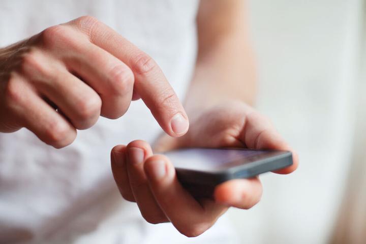 Ein 36-Jähriger soll die Frau mit seinem Handy beim Umziehen gefilmt haben (Symbolbild).