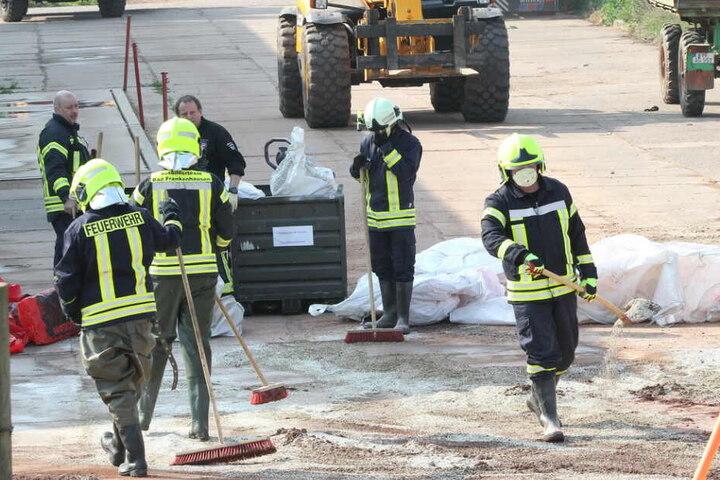Mit Schutzmasken machte sich die Feuerwehr an die Arbeit.