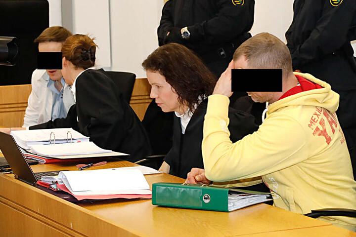 Martin F. (l.,21) soll gemeinsam mit dem Mitangeklagten Michael H. (r.,36) Crystal über die tschechische Grenze geschmuggelt haben.