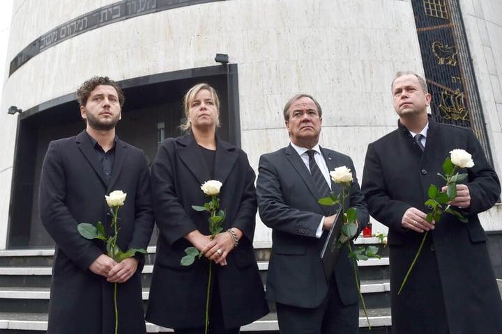 Felix Banaszak (l-r), Mona Neubaur, NRW Vorsitzende Bündnis 90/, Die Grünen, Armin Laschet (CDU), Ministerpräsident Nordrhein-Westfalen und Joachim Stamp (FDP) stehen vor dem Eingang zur Neuen Synagoge.