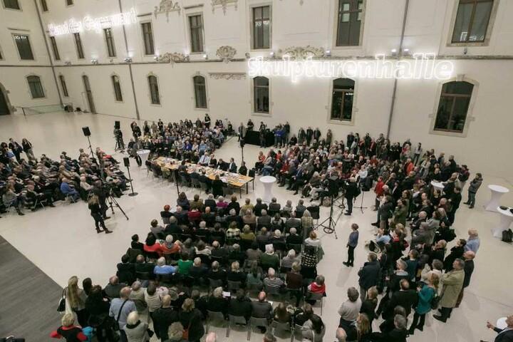 """Das hohe Interesse an der Diskussionsrunde """"Bilderstreit mit Blickkontakt"""" zeigt, wie sehr die Debatte Dresdner bewegt."""