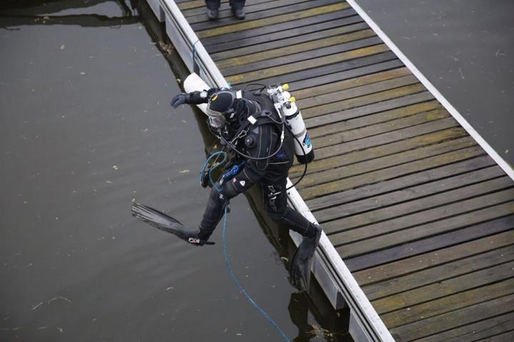 Ein Taucher springt in die Elbe, um nach dem vermissten Philipp zu suchen.