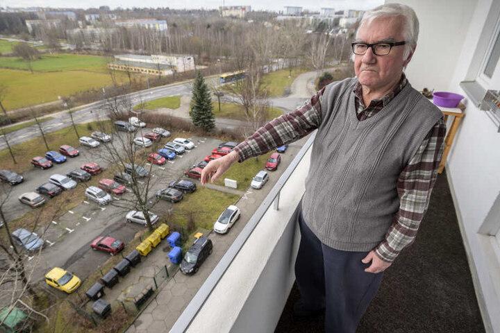 Werner K. (74) blickt von seinem Balkon vor allem an Feiertagen auf Müllberge.
