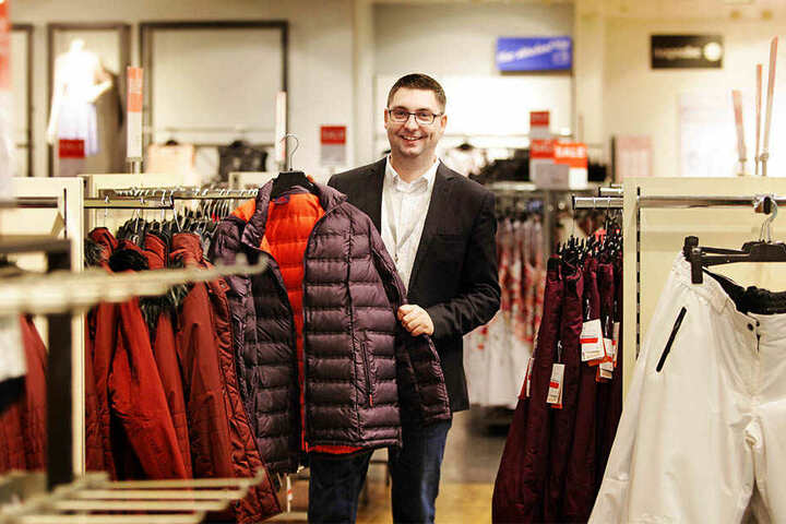 Die Winterware ist schon fast ausverkauft. Doch die letzten warmen Klamotten, die C&A-Filialleiter Sascha Stefan zeigt, finden mit Kälteeinbruch noch Interessenten.