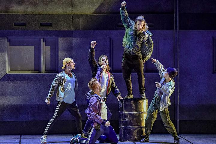 Günni (Florian Heinke, auf dem Fass stehend) und seine Clique (v.l.: Karim Plett, Johannes Krimmel, Timo Stacey (kniend) und Florentine Beyer.