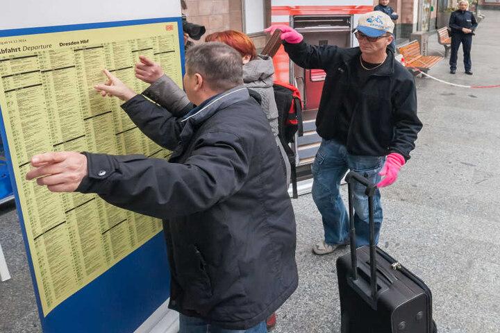 Gestellte Szene am Fahrplan: Bundespolizisten in Zivil stellten einen  Taschendiebstahl nach.