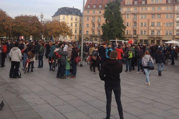 Am Nachmittag sammeln sich die Teilnehmer einer Demonstration, die dann in die Innenstadt ziehen soll.