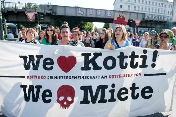 Berliner demonstrieren gegen Verdrängung und hohe Mieten.