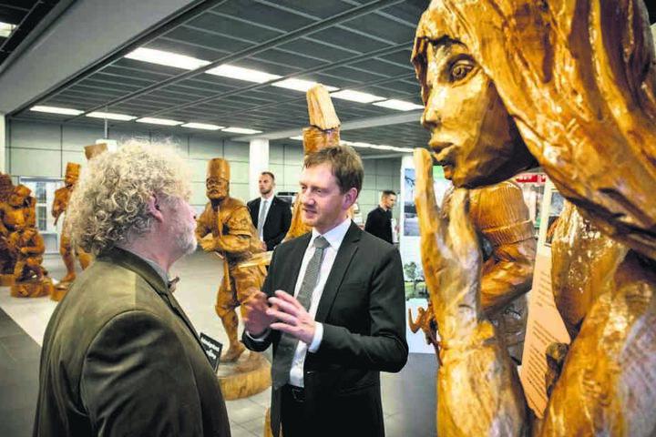 Ministerpräsident Michael Kretschmer (43, CDU) hatte Andreas Martin mit den Holzfiguren zum Flughafen eingeladen.