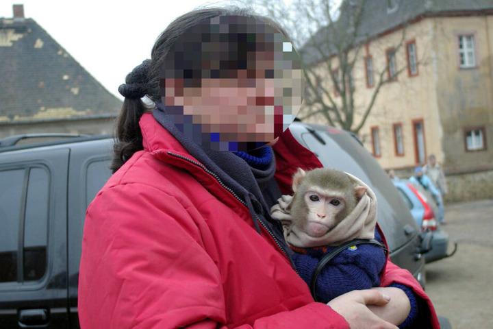 Gegen sie wird wegen diverser Verstöße gegen den Arten- und Tierschutz ermittelt: Simona T. (52), hier mit einem der später beschlagnahmten Rhesusaffen an der Brust.