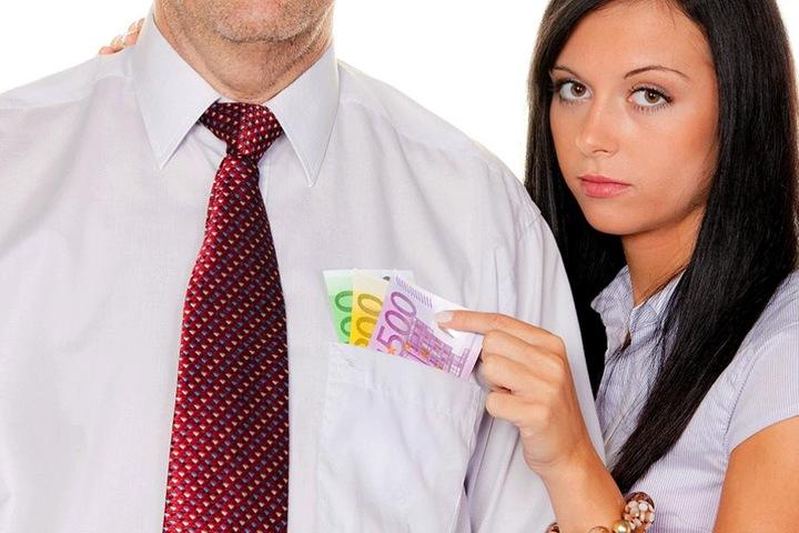 Die Angeklagte zog ihrem Liebhaber das Geld aus der Tasche (Symbolfoto).