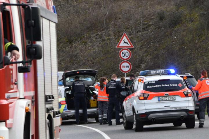 Der Notarzt versuchte den Fahrer vergeblich zu reanimieren: Der 20-Jährige verstarb noch an der Unfallstelle.