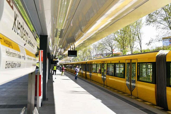 Die neue U-Bahnstation wurde für die International Gartenausstellung gebaut und soll die Gäste vom Stadtzentrum nach Hellersdorf bringen.