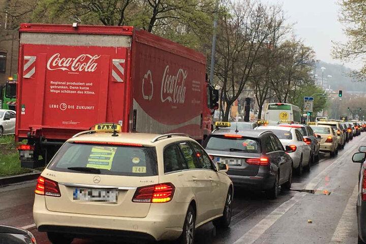 Die Theodor-Heuss-Straße war während der Taxi-Demo heute Mittag völlig dicht.