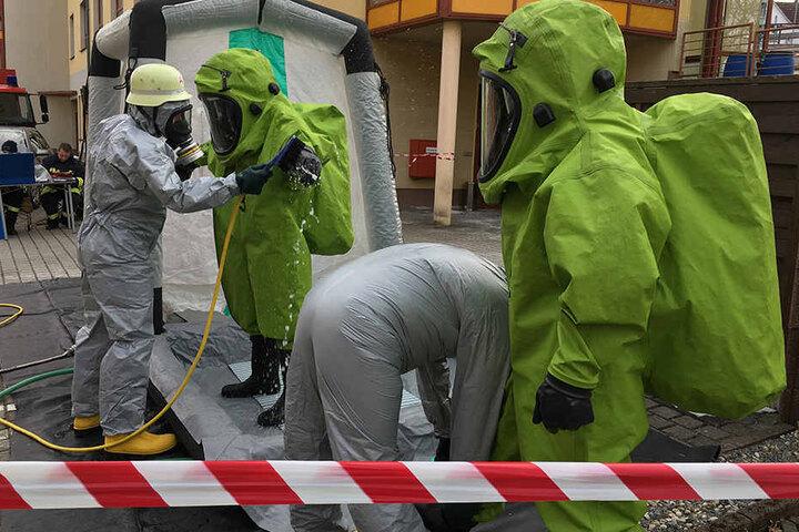Gründliche Reinigung der Schutzanzüge nach dem Einsatz.