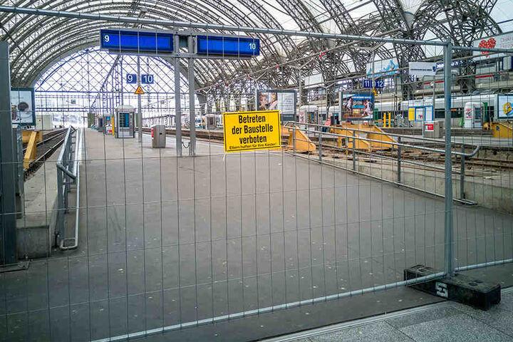 Die Bahnsteige der Mittelhalle sind bereits abgesperrt.