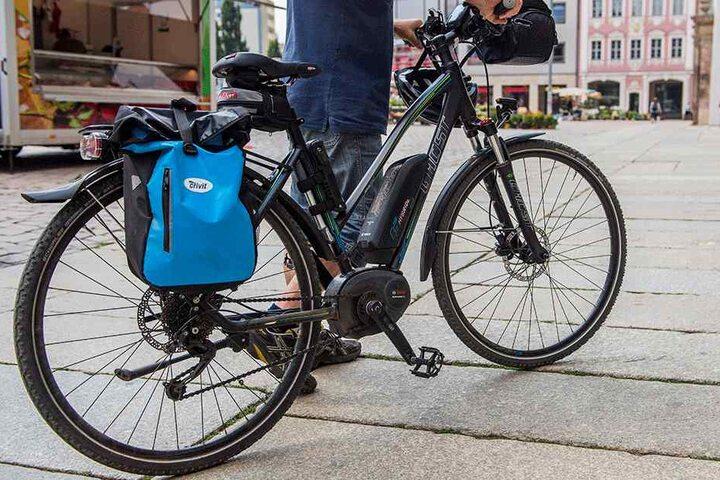 Ein E-Bike am Markt: Selbstfahrende Zweiräder müssen geschoben werden, Pedelecs dürfen fahren.