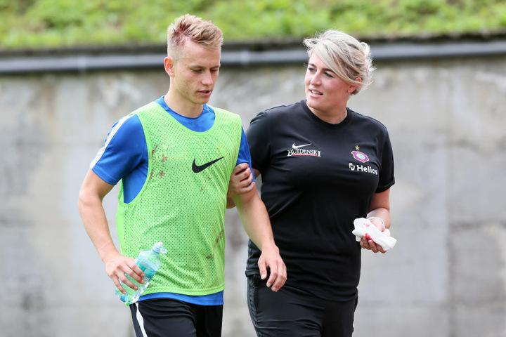 Es geht zur Sache! Sascha Härtel (l.), hier mit Physiotherapeutin Nadine Dörfel, zog sich im Training bei einem Zweikampf mit Calogero Rizzuto eine Platzwunde am Kopf zu.