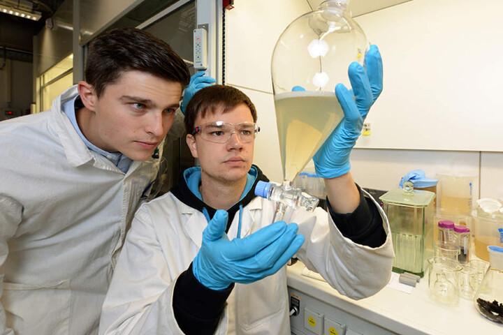 Marcel Bürger (26, r.) und André Ehrlich (23)  entwickelten ein Verfahren zur Gewinnung von Extrakten, die  gegen Krebs eingesetzt werden können.