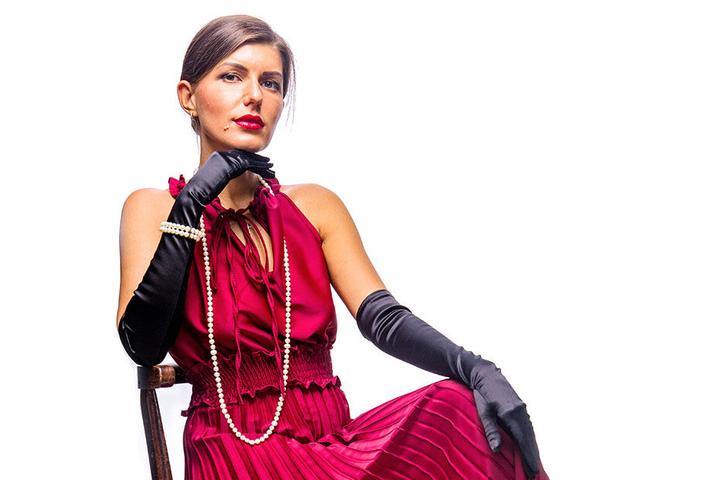 Lady in Red: Alina mit rotem Kleid und Perlenkette.