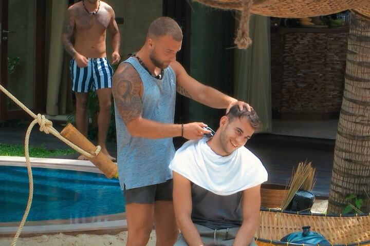 Erst ließ Serkan (r.) Filip für eine freshe Frisur an seinen Kopf. Das dürfte sich nach dessen Date mit Jade geändert haben.