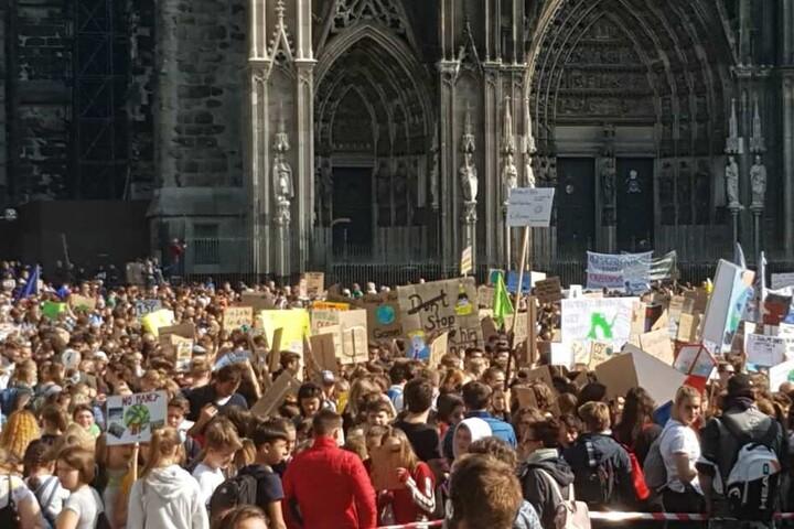 Tausende Menschen nahmen an der Demo in Köln teil.