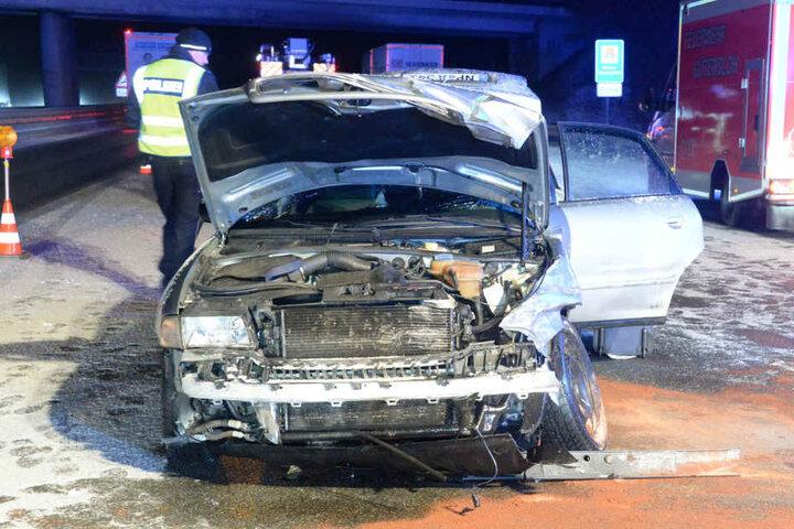 Der Unfallwagen kam auf der mittleren Fahrbahn zum Stehen.