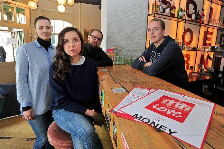 """Esther Gerstenberg (33), Mandy Knospe (38), Christian Feister (35) und Thoralf Kuhnt (28, v.l.) vom Verein Klub Solitaer haben das Projekt """"You Want Love? So Give Me Money!"""" mitentwickelt."""