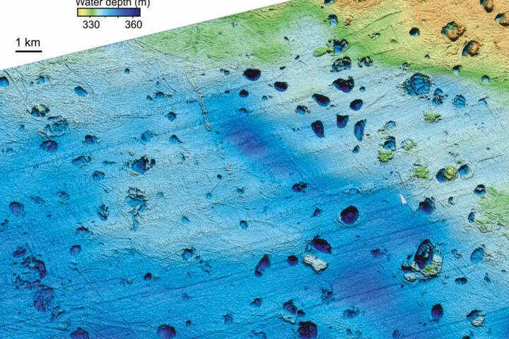 Die von der Arktis-Universität im norwegischen Tromsø zur Verfügung gestellte Grafik zeigt riesige Krater auf dem Meeresboden der Barentssee.