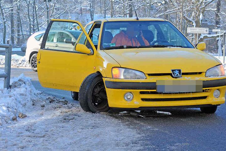 Dieser Peugeot-Fahrer hatte Pech: Achsenbruch - er konnte so nicht weiterfahren. Vermutlich lag es an der Kälte.