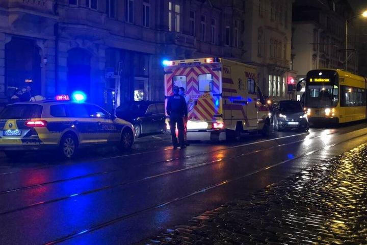 Polizei, wie auch ein Rettungswagen am Unfallort.