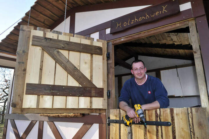 Fast fertig: Christian Weißbach (35) baut die Fachwerk-Hütten.