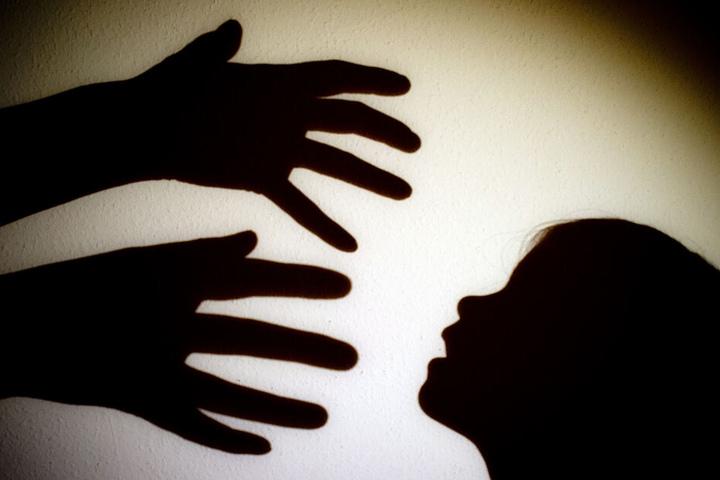 Der Mann soll die beiden Mädchen missbraucht und dabei gefilmt haben. (Symbolbild)
