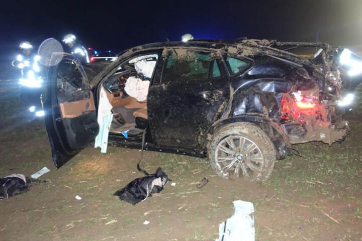 Polizisten bargen den schwer verletzten 47-Jährigen aus dem Fahrzeugwrack.