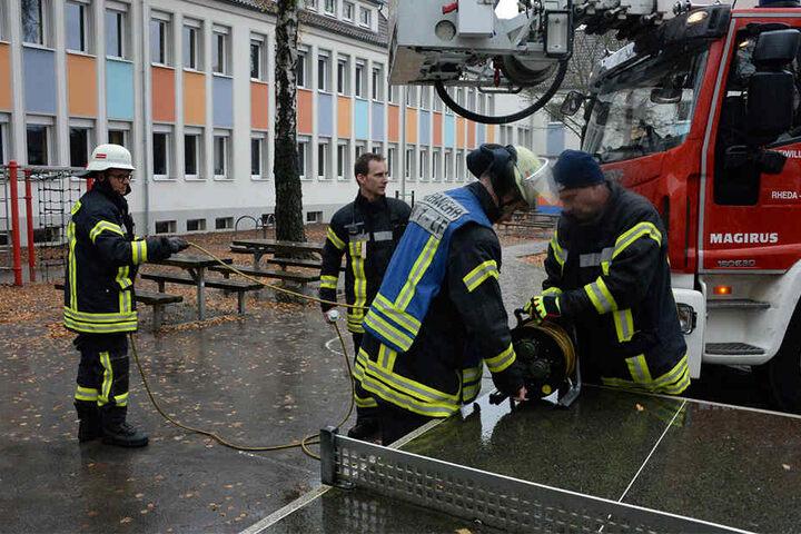 Mit Atemschutz gingen Feuerwehrleute ins Gebäude, um nach dem Brandherd zu suchen.