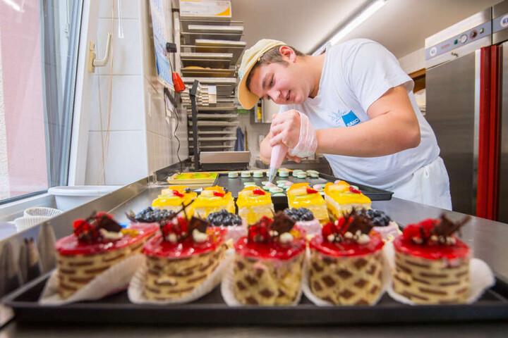 Macarons sind unter Schleckermäulern der Hit! Wie man das Baisergebäck herstellt, lernte Michael in Frankreich.