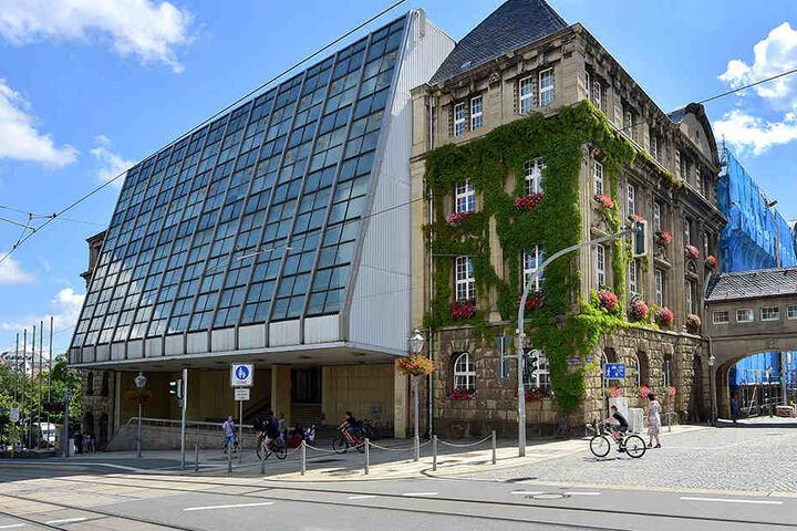 Die Glasfassade des Rathauses soll ab 2018 endlich saniert werden.