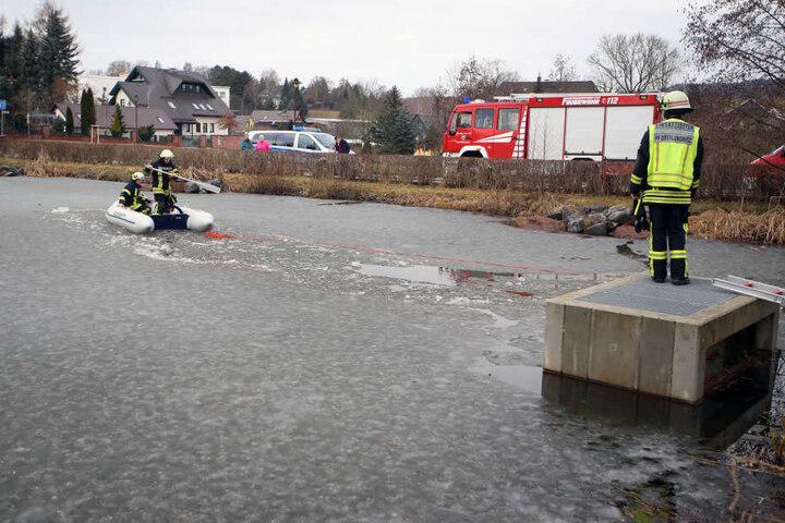 Die Feuerwehr startete am Samstagmorgen eine Suchaktion auf dem Hennyteich in Oberlungwitz.