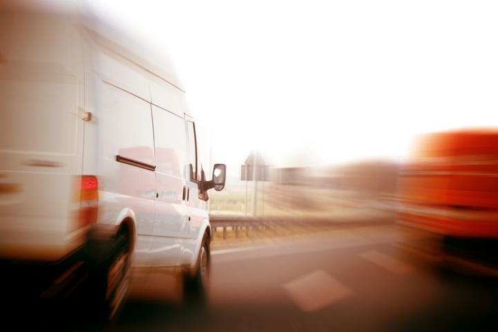 Ersten Schätzungen der Ermittler zufolge, war der Transporter zu schnell auf der Autobahn unterwegs (Symbobild).