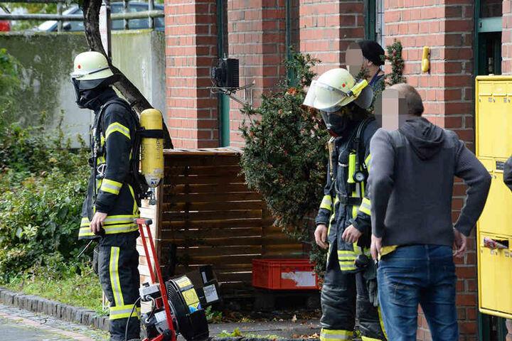 Mit Atemschutzmasken gingen die Feuerwehrleute ins Gebäude.