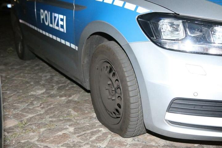 Die vorgefundenen Spuren deuten einwandfrei darauf hin, dass der Reifen des Polizeiwagens zerstochen wurde.