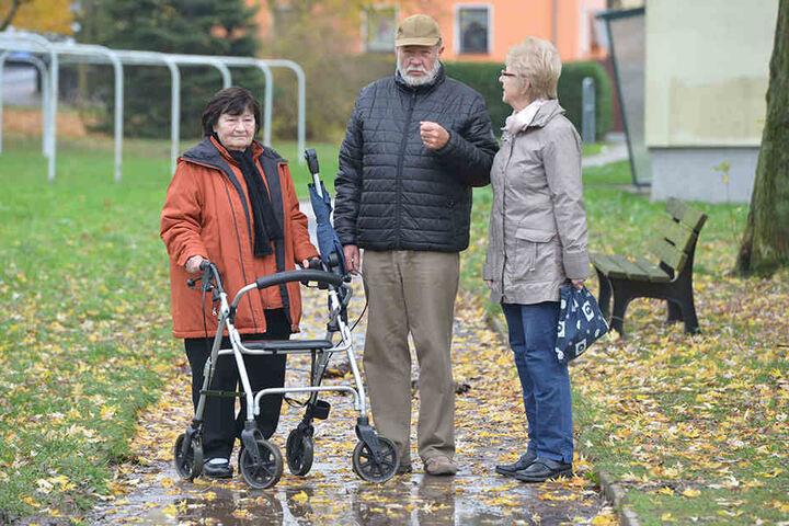 Für Anwohner Gisela Aumann (77, v.l.), Claus Modaleck und Renate Vier (77) ist der Fußweg zum Hindernis geworden.