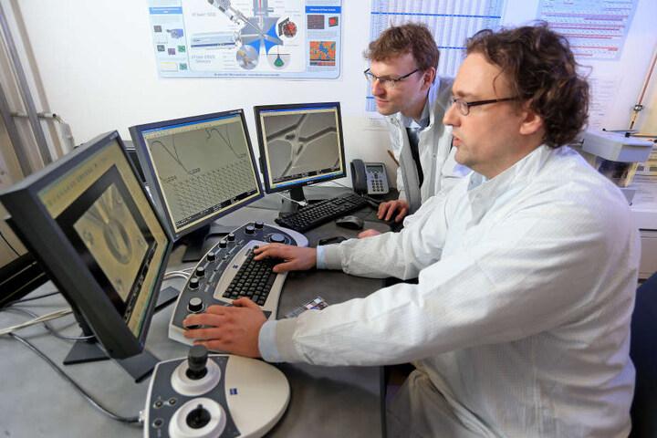 Christoph Meinecke (38) von der TU Chemnitz und Georg Heldt (35, vorn) vom  Fraunhofer-Institut forschen für den Bio-Computer.