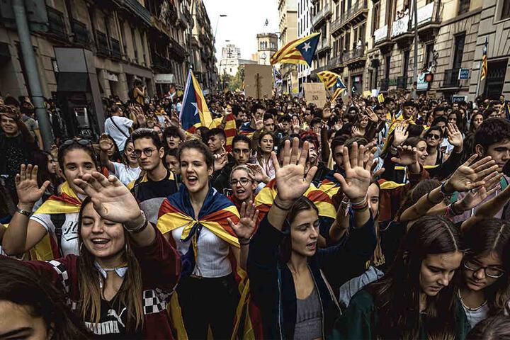 Katalanische Studenten demonstrieren in Barcelona mit Flaggen für die Unabhängigkeit der Region.