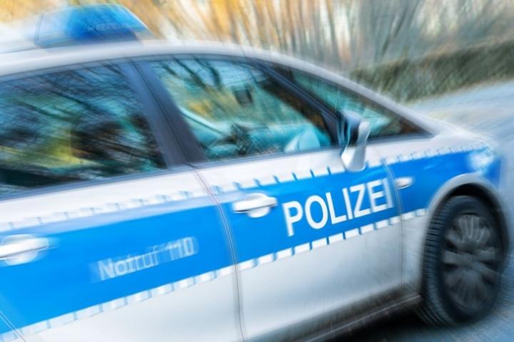 Die Polizei sperrte die Straße komplett ab. (Symbolbild)