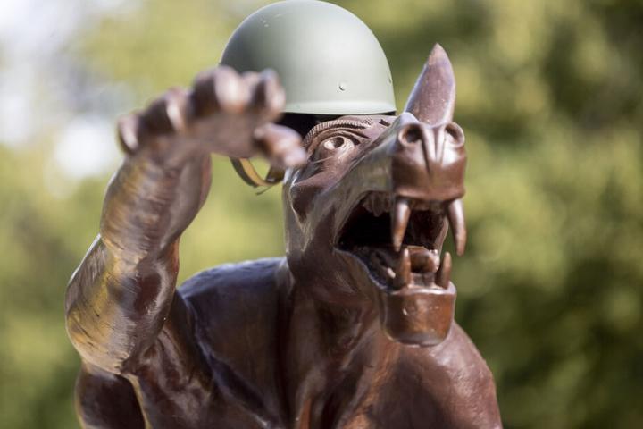 Eine Hitlergruß zeigende Wolfsskulptur mit Soldatenhelm des Bildhauers Rainer Opolka steht vor dem Sitz des AfD-Landesverbands Brandenburg