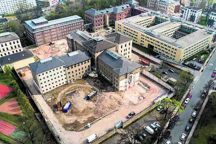 Die Abrissarbeiten rund um das ehemalige Kaßberg-Gefängnis sind in vollem Gange.