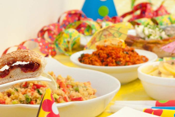 Zum veganen Mitmach-Buffet könnt Ihr noch etwas beisteuern. Und ab 16 Uhr wird dann getauscht! (Symbolbild)