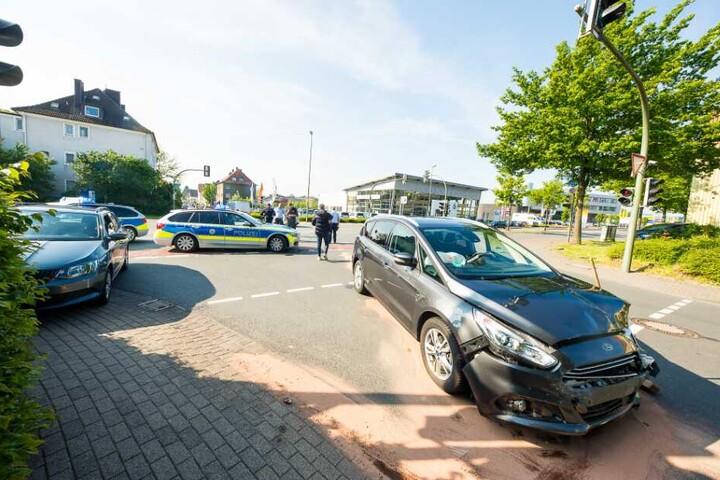 Die beiden Fahrer wurden bei dem Unfall leicht verletzt.