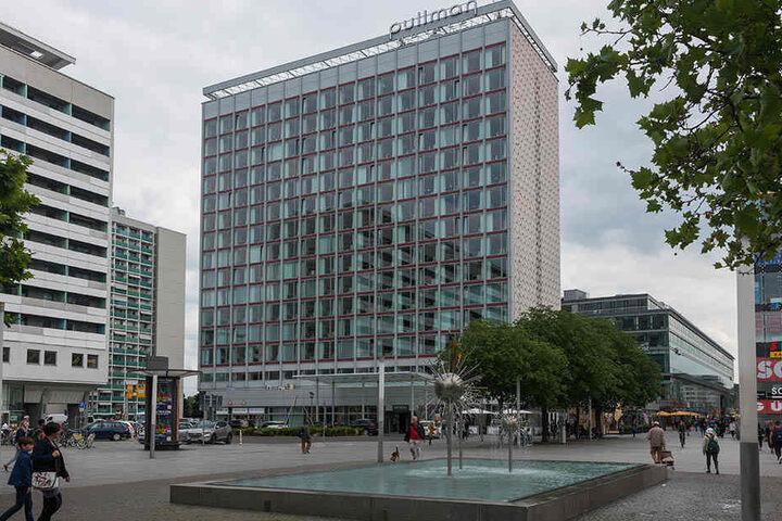 Im 15. Stock des Hotels wachsen die vier jungen Turmfalken im Nistkasten heran.
